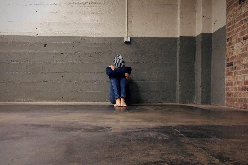 Девушка на полу в пустой комнате