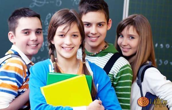 Ухоженная молодая девушка с одноклассниками