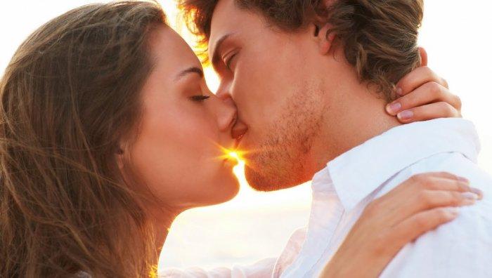 Как поцеловать парня первой