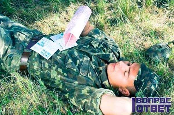 Солдат читает весточку от девушки