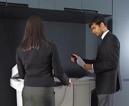 сотрудница показывает документы начальнику