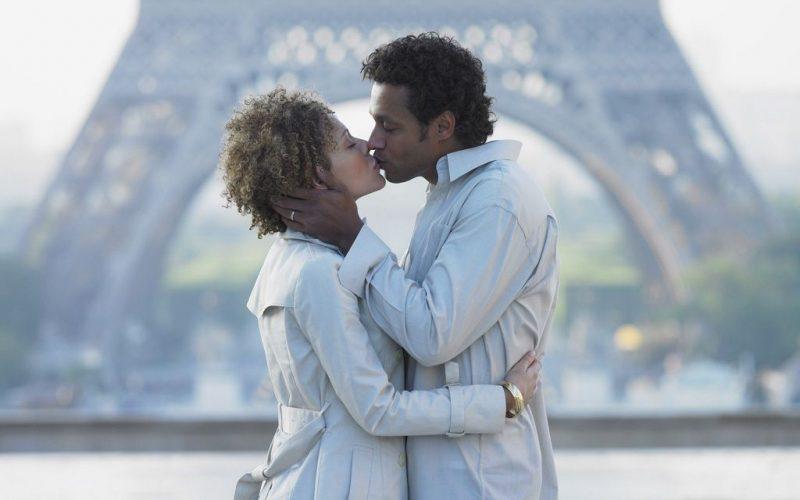Фото: Нежный поцелуй любовников