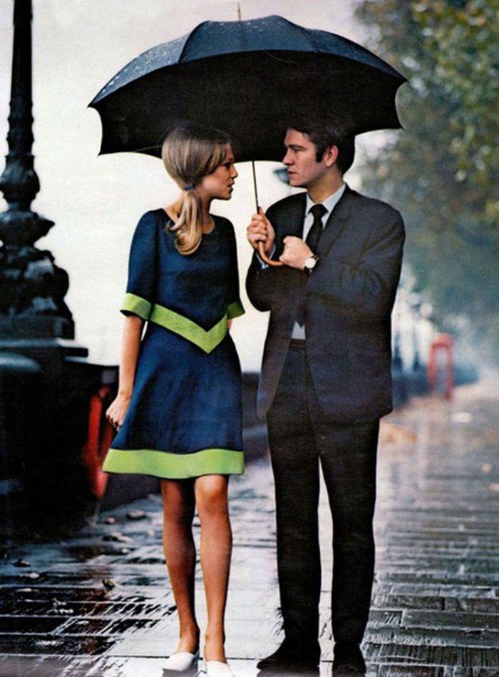 Мужчина и женщина гуляют под дождём