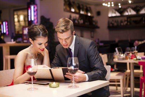 парень с девушкой обсуждают меню