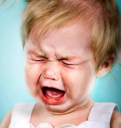 маленький ребенок ноет и плачет, чтобы его смогли утешить и полюбить