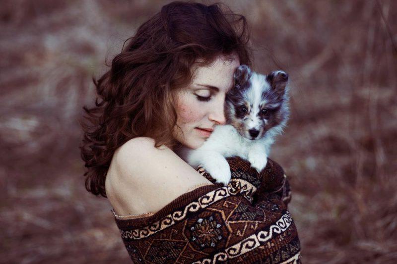 Девушка обнимает маленькую собачку