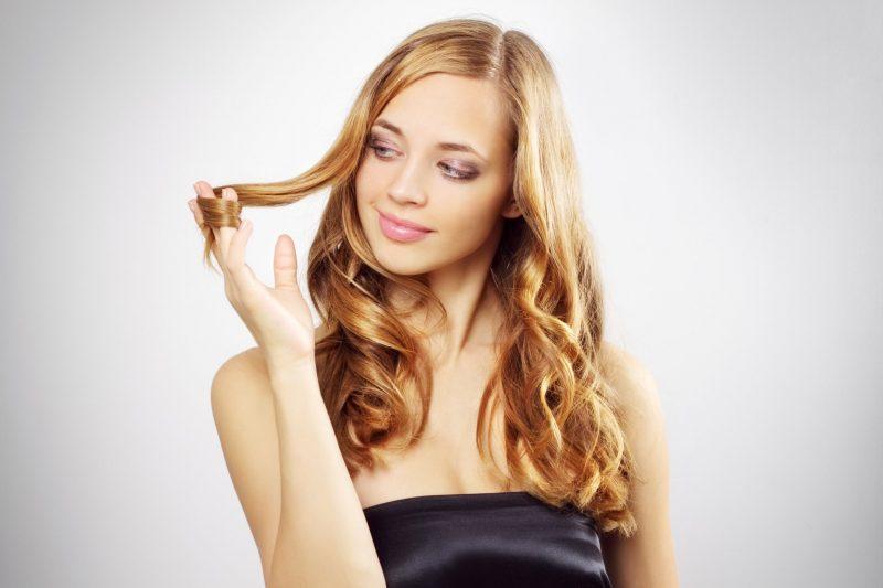 Девушка играет с волосами