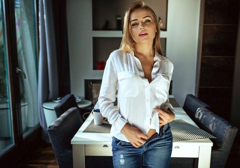 Девушка в блузке