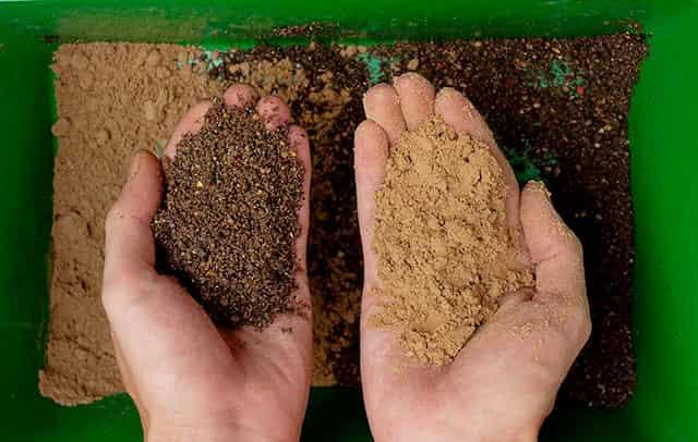 Старый способ приманить рыбу жаренным песком или камнями