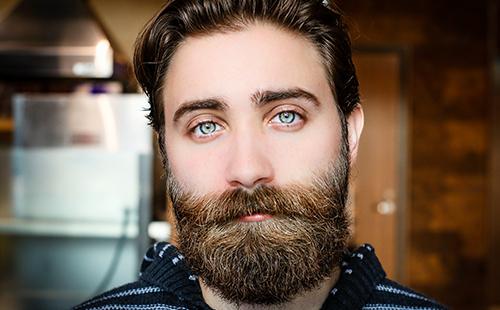 Бородатый мужчина с добрыми голубыми глазами